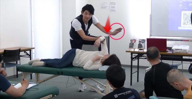 肩甲骨の内側に母指を入れる